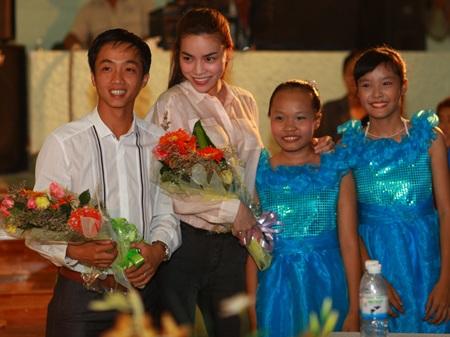 Hà Hồ - Quốc Cường vui trung thu cùng trẻ em  - 1