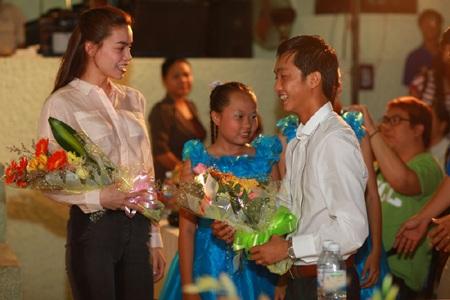 Hà Hồ - Quốc Cường vui trung thu cùng trẻ em  - 2