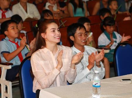 Hà Hồ - Quốc Cường vui trung thu cùng trẻ em  - 10