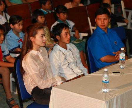 Hà Hồ - Quốc Cường vui trung thu cùng trẻ em  - 13