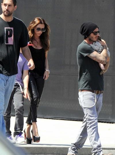Vợ chồng Beckham bế con gái mới sinh đi mua sắm - 1
