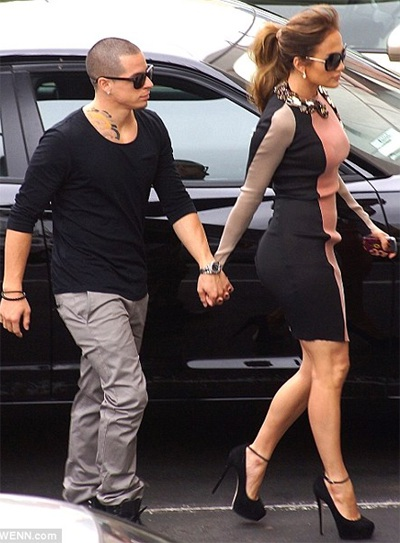 Jennifer Lopez gây sốc với... rắn bò trên cổ