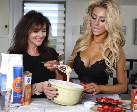 """Cô dâu 17 tuổi gợi cảm cả khi làm bánh cho """"Ngày của mẹ"""""""