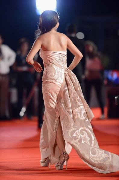 Selena Gomez diện váy cầu kỳ, xa hoa tại LHP Venice