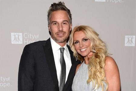 Britney hạnh phúc bên hôn phu.
