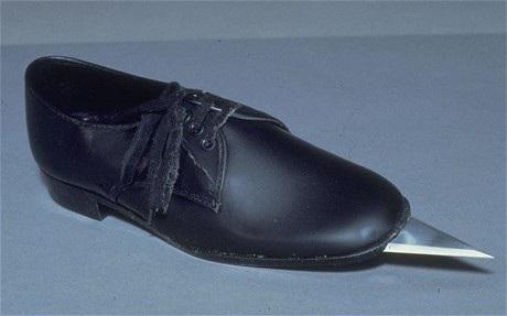 """Đôi giày đinh """"chết người"""" của Rosa Klebb từ những năm 60"""