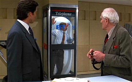 Bảo bối Trạm điện thoại công cộng vẫn còn ẩn chứa nhiều tình tiết phi lý