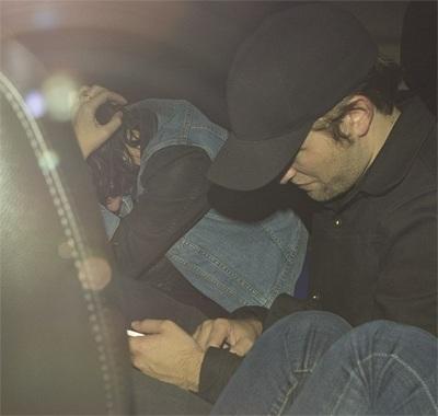 Cặp đôi trẻ cúi mặt trên ô tô