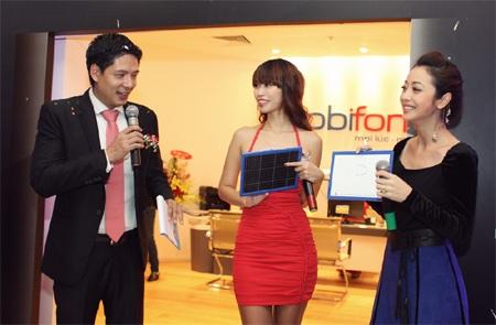 MC Bình Minh khởi động phần câu hỏi cho các người đẹp về thói quen sử dụng 3G trên điện thoại