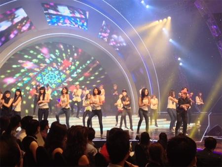 Thanh Duy và các người mẫu nhảy Gangnam Style.
