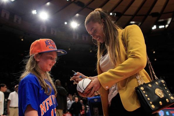 Vợ chồng Beyonce hạnh phúc khi đi xem bóng rổ - 2