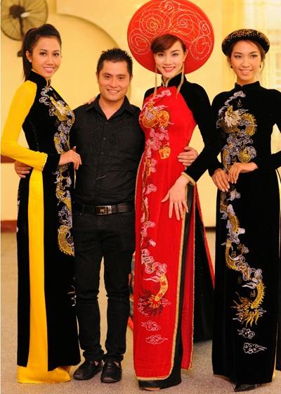 Trang Nhung diện áo dài rồng dài hơn 13m