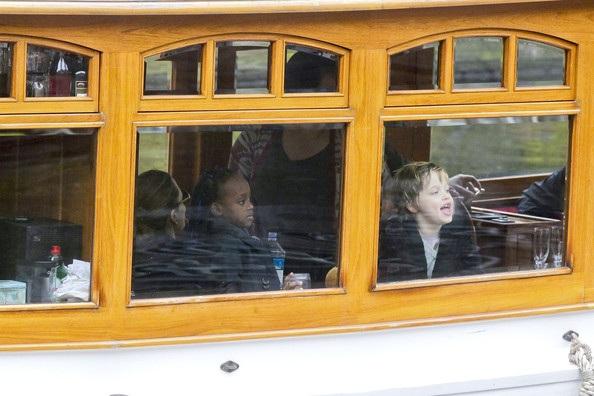 Angelina Jolie cho con đi chơi thuyền tại Amsterdam