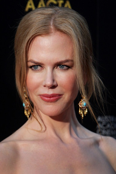 Nicole Kidman không kém gợi cảm