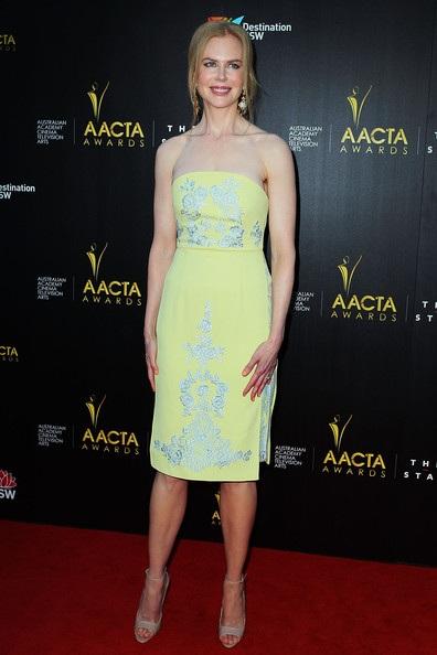 Ngôi sao 45 tuổi diện váy quây vàng nhạt duyên dáng