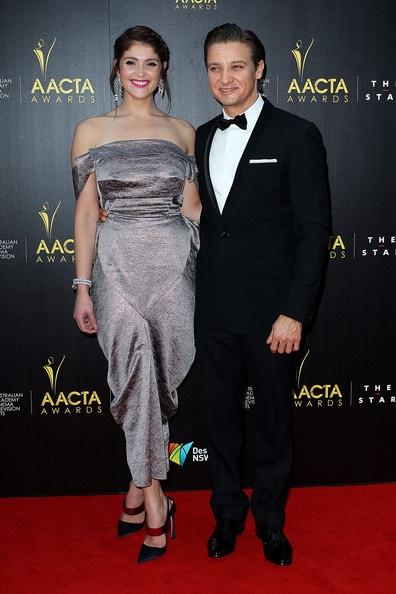 Bond girl Gemma Arterton diện chiếc váy cầu kỳ và sành điệu.