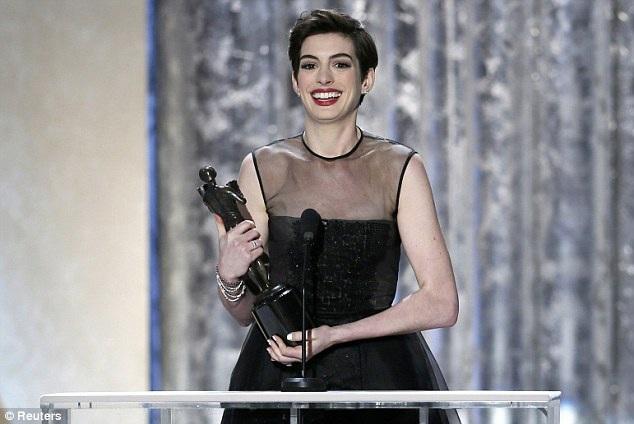 Anne Hathaway hạnh phúc với giải thưởng lớn