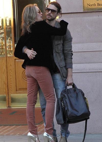 Sharon Stone và Martin Mica tình tứ đi mua sắm ngày 30/1