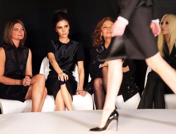 Vic chăm chú theo dõi các người mẫu trình diễn