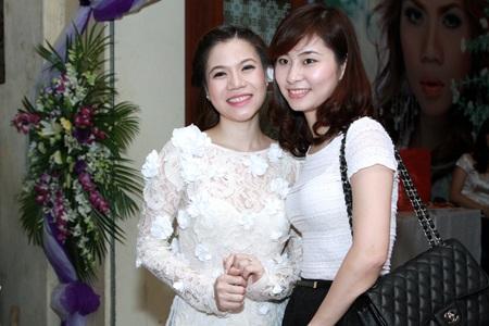 Diễn viên hài Thành Trung (phải) chúc mừng hạnh phúc bạn thân