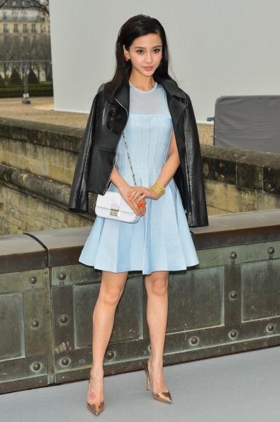 Angelababy thì tới xem buổi trình diễn của nhãn hiệu cao cấp Christian Dior