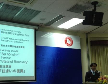 Ký giả Nakamura Yoshinobu say sưa trong bài thuyết trình tại hội thảo