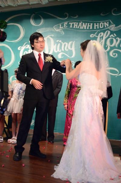 Giây phút trao nhẫn cưới đầy xúc cảm của đôi uyên ương