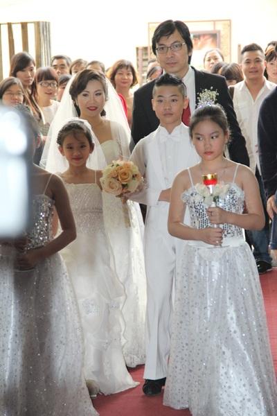 Cô dâu chú rể bước vào khán phòng nơi tổ chức tiệc cưới