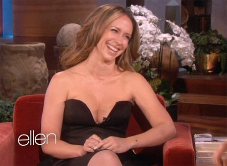 """Jennifer Love Hewitt gây sốc với váy """"siêu hớ hênh"""" trên truyền hình"""
