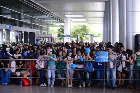 Các fan rất hào hứng và mang theo băng rôn cổ động