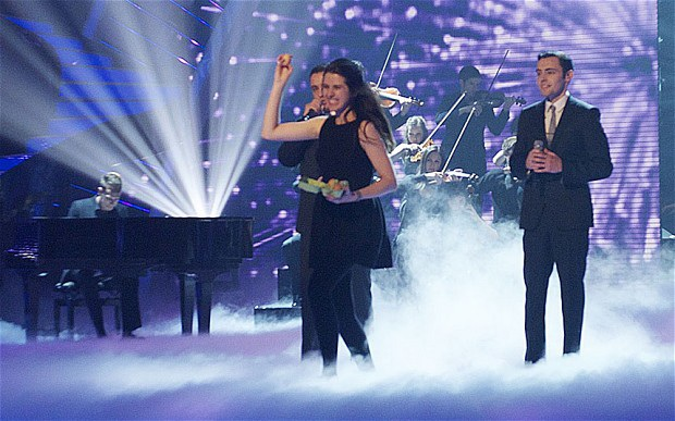 Natalie ném trứng về phía giám khảo trong khi Richard và Adam đang trình diễn