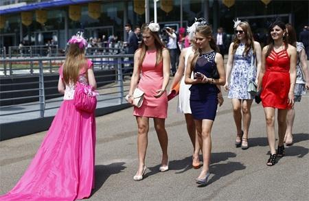 Các cô gái trẻ đều quan tâm chú ý tới váy áo của đối thủ