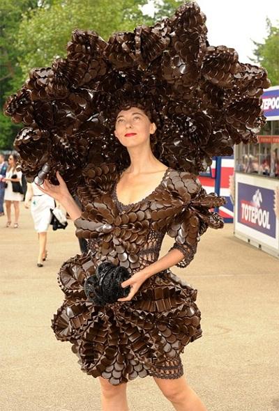 Không chỉ mũ ấn tượng mà váy áo cũng khác người