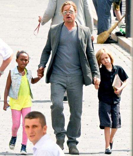 Brad Pitt nắm chặt tay các con trên đường phố Nga