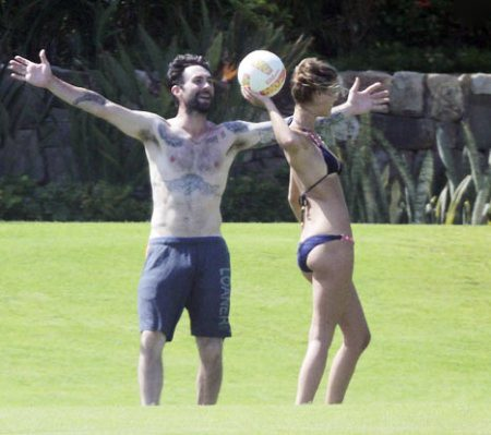 Trưởng nhóm Maroon 5 đi chơi cùng bạn gái sexy
