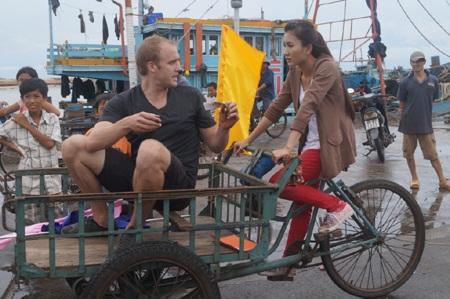 Nguyệt Ánh cưỡi xe ba gác đi hái dừa