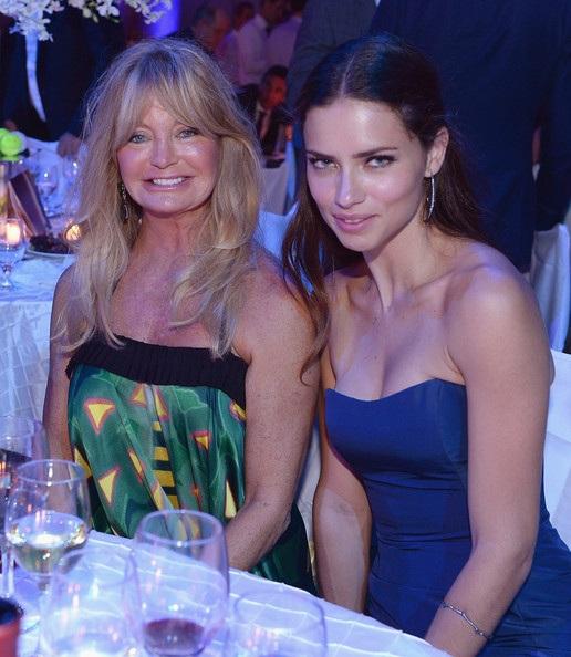67 tuổi, mẹ Kate Hudson vẫn nồng nàn bên bạn trai kém tuổi