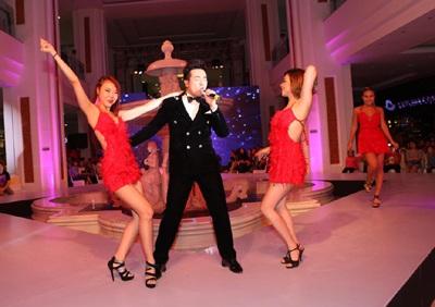 """""""Hoàng tử"""" Minh Quân dành tặng một nửa thế giới những ca khúc sôi động cùng vũ điệu bốc lửa"""