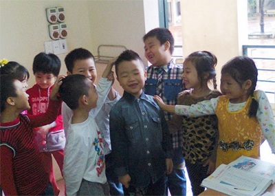 Nhóc sún Quốc Thái trở về trong vòng vây của bạn bè