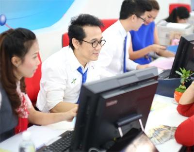 """""""Tư vấn viên"""" Thành Lộc chăm chú lắng nghe khách hàng và tư vấn rất chuyên nghiệp."""