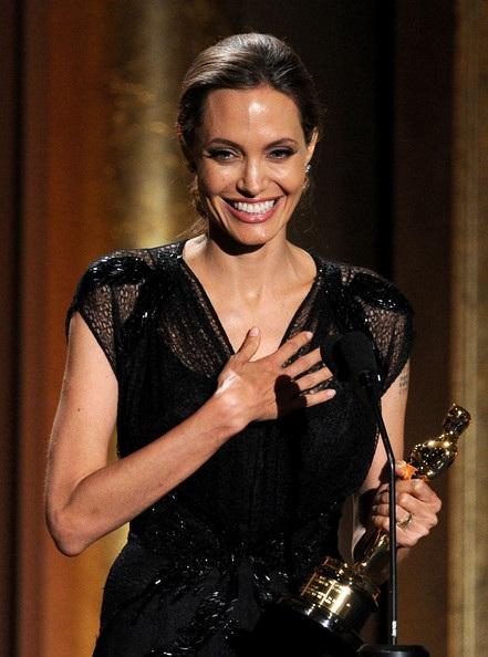 Nụ cười hạnh phúc của Angelina Jolie khi nhận giải thưởng cao quý