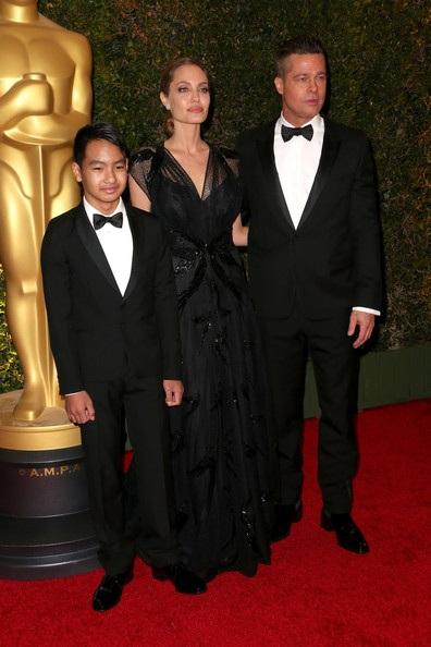 Brad Pitt và cậu con trai Maddox cùng hộ tống Angelina Jolie trên thảm đỏ