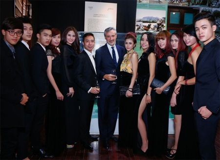 NTK Đỗ Trịnh Hoài Nam cùng thành viên D&T chúc mừng ngài đại sứ.