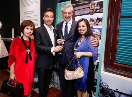 Vợ chồng NTK Đỗ Trịnh Hoài Nam& NTK Băng Tâm chúc mừng ngài đại sứ