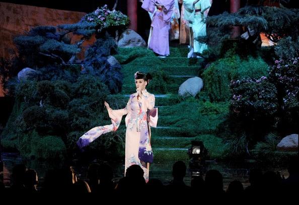 Màn trình diễn của cô diễn ra trong khung cảnh như mơ