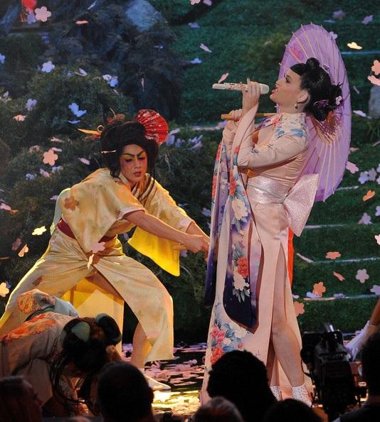 Katy Perrydiện váy