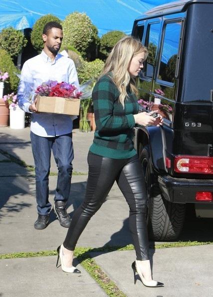 Hilary Duff đi mua hoa trong ngày lễ Tạ Ơn tại Los Angeles, California