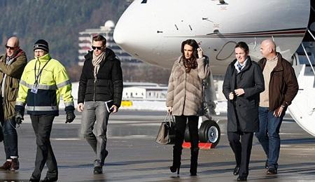 """Con gái tỷ phú F1 """"cưỡi"""" máy bay riêng dự sự kiện"""