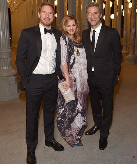 Drew Barrymore đi dự tiệc cùng chồng (trái)