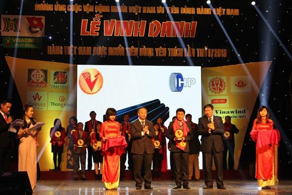 """Ông Nguyễn Văn Dân – Giám đốc thương hiệu Sunfly và OPND vinh dự nhận giải thưởng """"Hàng Việt"""